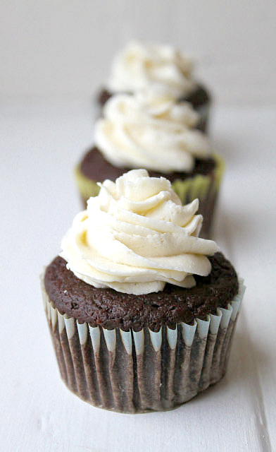 Healthy Chocolate Cupcakes Recipe for 100 Calories - When you crave low calorie desserts, bake these healthy chocolate cupcakes for 100 calories! Made with applesauce, they're moist, tender, and vegan!