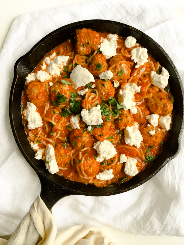 Cheesy One Pot Spaghetti and Meatballs - This healthy one pot recipe is classic comfort food! Spaghetti and turkey meatballs, made all in one pan, topped with dollops of ooey gooey ricotta cheese! 418 calories per serving