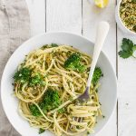 Linguine with Broccoli and Crispy Breadcrumbs - this recipe is quick and easy and made entirely of pantry staples! It takes all of 15 minutes to whip up and the crispy lemon parsley bread crumbs make the pasta so deliciously different than your average spaghetti! 400 calories per serving
