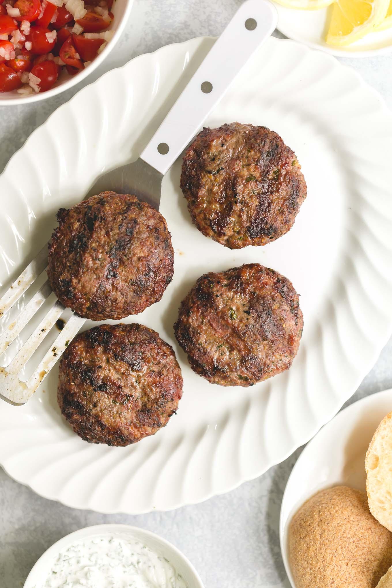 Hambúrgueres de Cordeiro Grelhados com Molho de Iogurte e Molho de Tomate Fresco 3